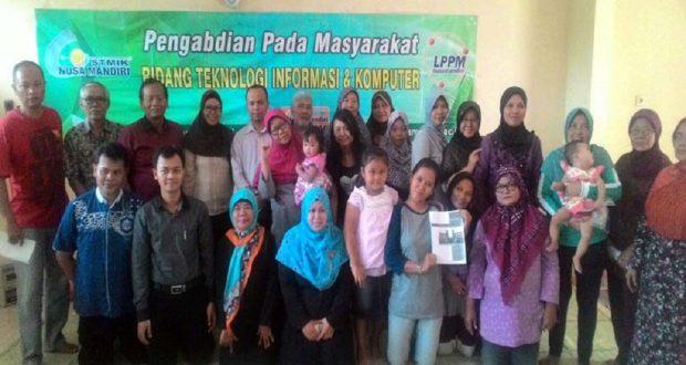 Para ibu PKK Cipinang Melayu mendapatkan pelatihan bisnis online dari dosen STMIK Nusa Mandiri