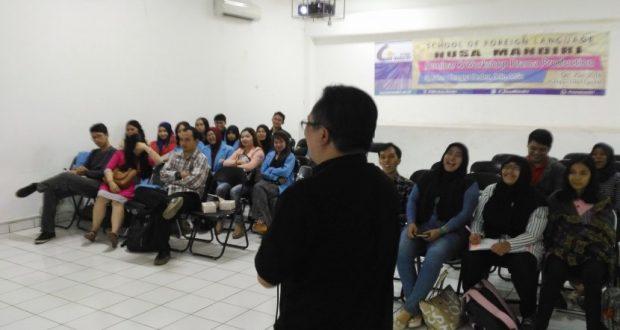 Mahasiswa Sastra Inggris STIBA Nusa Mandiri mengikuti workshop on drama production.