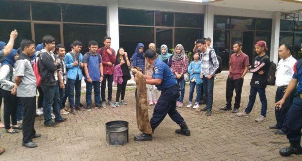Mahasiswa STMIK Nusa Mandiri mengikuti pelatihan penanggulangan bencana kebakaran.