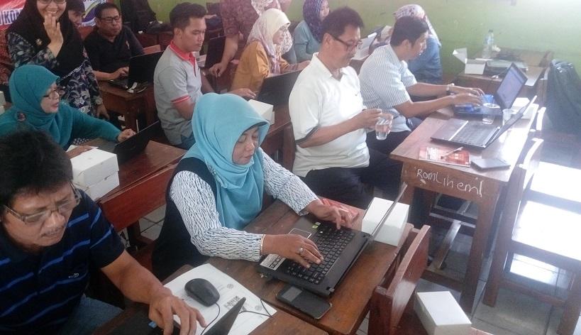 Guru-Guru Antusias Mengikuti Materi Pembuatan Weblog